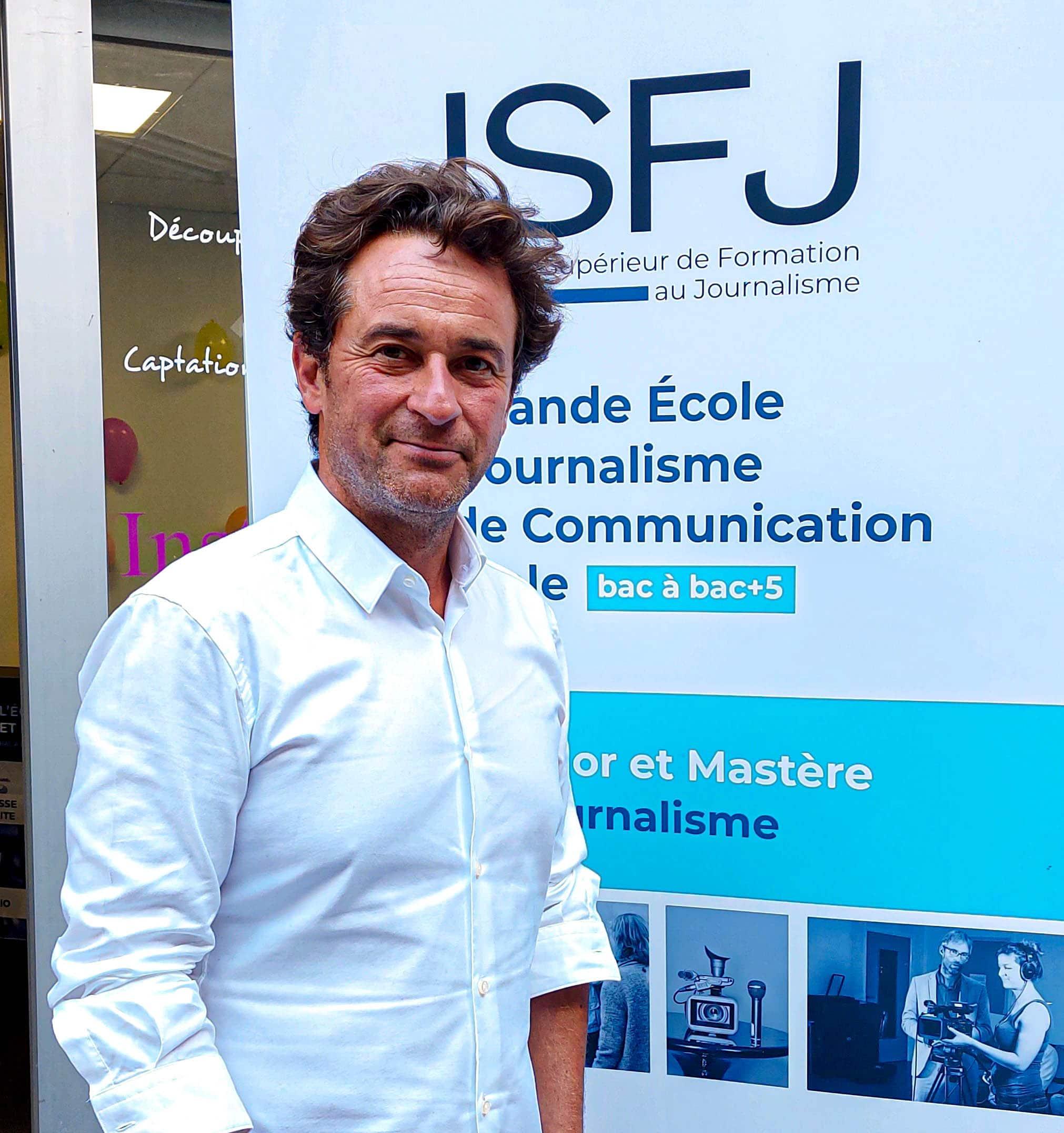 Nathanaël DE RINCQUESEN devant les locaux de l'ISFJ